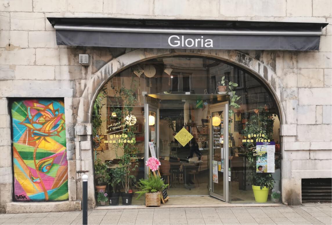 vitrine et enseigne du restaurant gloria mea fides