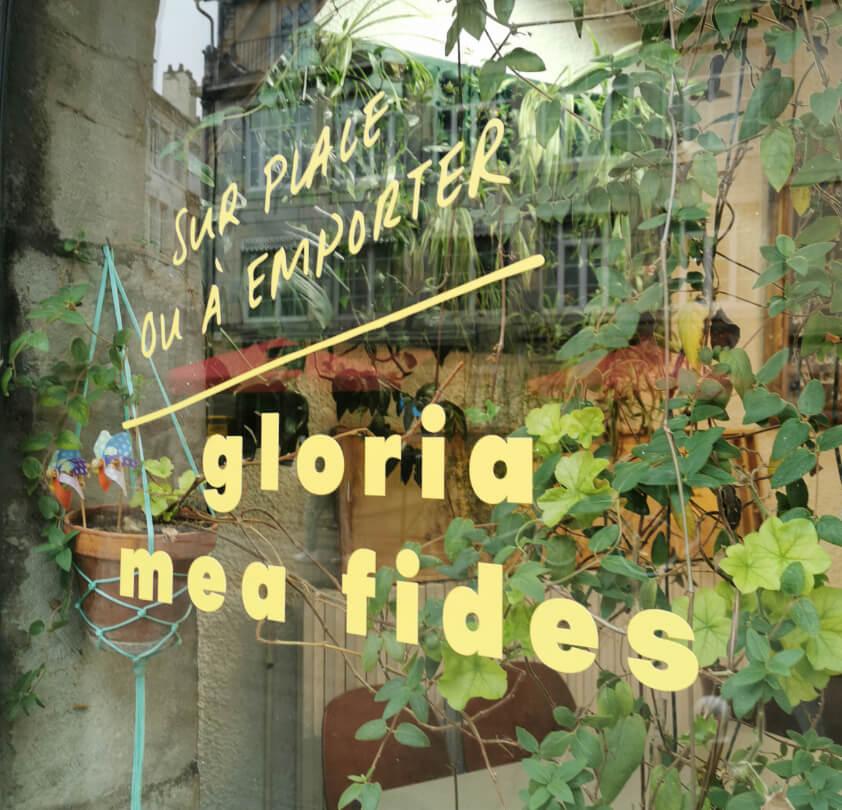 détail de l'enseigne du restaurant gloria mea fides